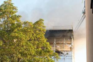 incêndio danifica edifício em construção foto
