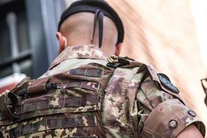 soldado de costas em uniforme camuflado foto