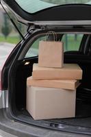 pacotes em caixas no carro ao ar livre foto