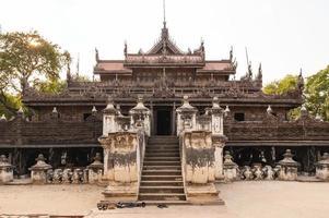 mosteiro shwenandaw localizado em mandalay, myanmar foto