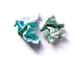 notas de dólares e euros amassadas, macro tiro com fundo branco. objeto isolado. foto