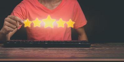 os clientes fornecem uma ilustração cinco estrelas do índice de satisfação com o serviço foto