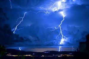 tempestade perigosa com relâmpagos e raios foto