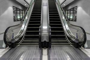 escadas rolantes luxuosas, modernas, com uma escada que combina com classe. foto