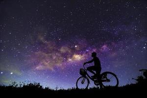 Cenário noturno com a Via Láctea colorida e amarela clara cheia de estrelas no céu no verão fundo do universo bonito do spacenight cenário com a Via Láctea colorida e amarela clara cheia de estrelas no céu no verão Fundo do universo bonito do spac foto