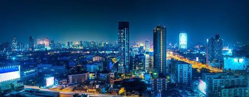 Bangkok. o horizonte da capital de Banguecoque que brilha e arranha-céus à noite foto