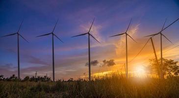 turbina eólica ou energia eólica traduzida em eletricidade, proteção ambiental torna o mundo não quente. foto