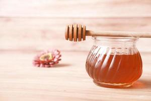close up de mel fresco com colher na mesa foto