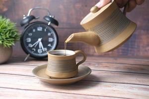 servindo chá de uma cerimônia do chá de cima para baixo foto