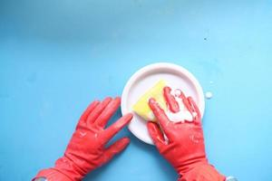 esponja, luvas de borracha e placa colorida em azul foto