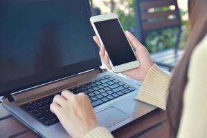 close-up, mulher segurando smartphone simulado com especificações de cópia na tela foto