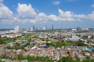 vista aérea da cidade de drone voador em nonthaburi, Tailândia, vista superior da cidade foto