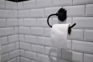 lenço de papel na parede, banheiro foto