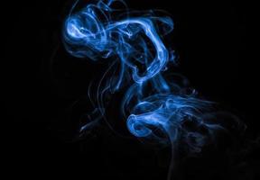 linda fumaça azul em uma cor de tendência de fundo preta do ano foto