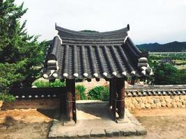belo arco tradicional no templo de naksansa, coreia do sul foto