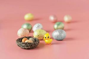 ovos de páscoa em um ninho natural com ovos de pássaros foto
