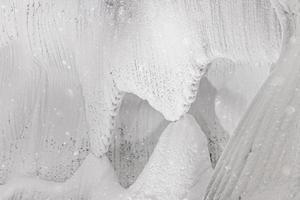 paredes brancas com relevo de gelo e neve em uma caverna foto