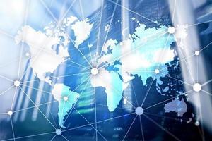 mapa-múndi com rede de comunicação no fundo da sala do servidor. foto