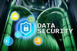 segurança de dados, prevenção de crimes cibernéticos, proteção de informações digitais. ícones de bloqueio e fundo da sala do servidor. foto