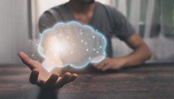 de mãos dadas, o ícone do cérebro mostrando ideias, em busca de ideias em work.illustration foto