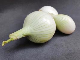 cebola branca de origem natural para preparar comida vegetariana foto