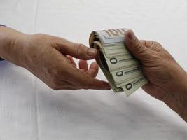 fotografia para temas de economia e finanças com dinheiro em dólares americanos foto