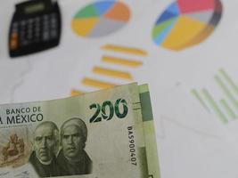 fotografia para temas de economia e finanças com dinheiro mexicano foto