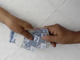 fotografia para temas de economia e finanças com dinheiro brasileiro foto