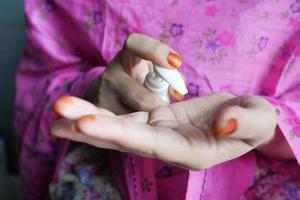mulher aplicando creme de beleza na pele em casa, vista de cima foto