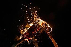 duas tochas, duas tochas acesas, fogo brilhante de uma tocha com fogo. 2020 foto