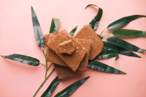 pilha de açúcar mascavo tradicional de açúcar de cana na mesa foto