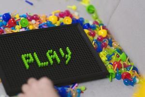 criança jogando jogo de tabuleiro de fixação foto