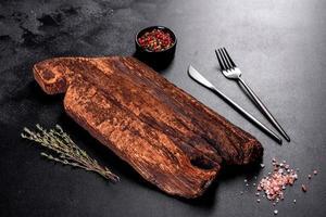 cortando tábuas de madeira, bem como vegetais e uma mesa escura especial foto