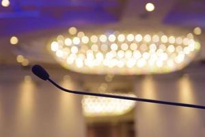 microfone na sala de conferências com fundo lustre foto
