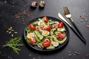 salada com camarão, abacate, pepino, sementes de abóbora e sementes de linho com azeite de oliva foto
