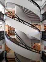 escada em espiral branca e marrom foto