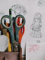 caneta e tesoura no vaso foto