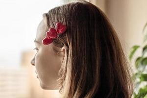 retrato de uma linda garota triste olhando pela janela com esperança e expectativa foto