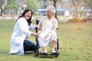 médico, ajuda e cuidado, idoso asiático ou idosa senhora paciente sentada em uma cadeira de rodas no parque na enfermaria do hospital foto