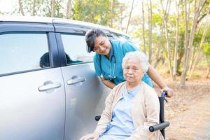 médico, ajuda e cuidados, idoso asiático ou idosa senhora paciente sentada em uma cadeira de rodas na enfermaria do hospital de enfermagem saudável forte conceito médico foto