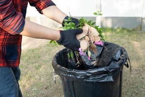 mulher asiática limpa e coleta de lixo seco deixa lixo no parque, reciclar, proteção do meio ambiente. equipe com projeto de reciclagem fora. foto