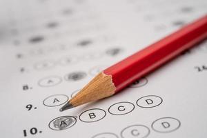 folhas de respostas com preenchimento de desenho a lápis para selecionar a escolha, conceito de educação foto