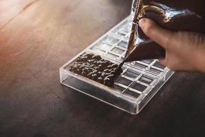 dona de casa fazendo chocolates artesanais em casa foto