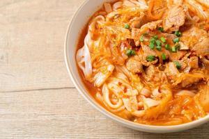 macarrão udon ramen coreano com carne de porco na sopa kimchi foto