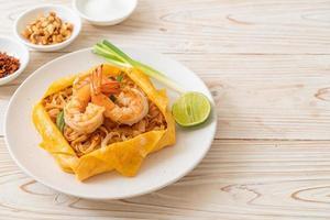 macarrão tailandês frito com camarão e embrulho de ovo ou pad thai foto