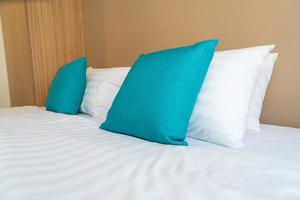 linda e confortável decoração de travesseiros na cama no quarto foto