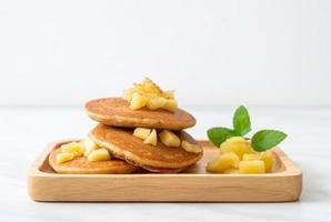 panqueca de maçã ou crepe de maçã com canela em pó foto