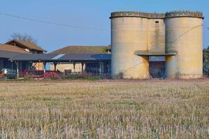 silos de cereais em uma típica fazenda rural entre as regiões da lombardia e do Piemonte, norte da itália foto