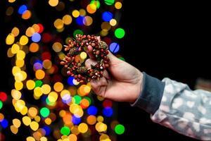 mulher segurando decoração de natal foto