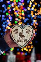 mão segurando decoração de natal foto